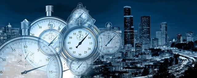 Des horloges de différentes tailles sont superposées. Elles représentent la valeur du temps.