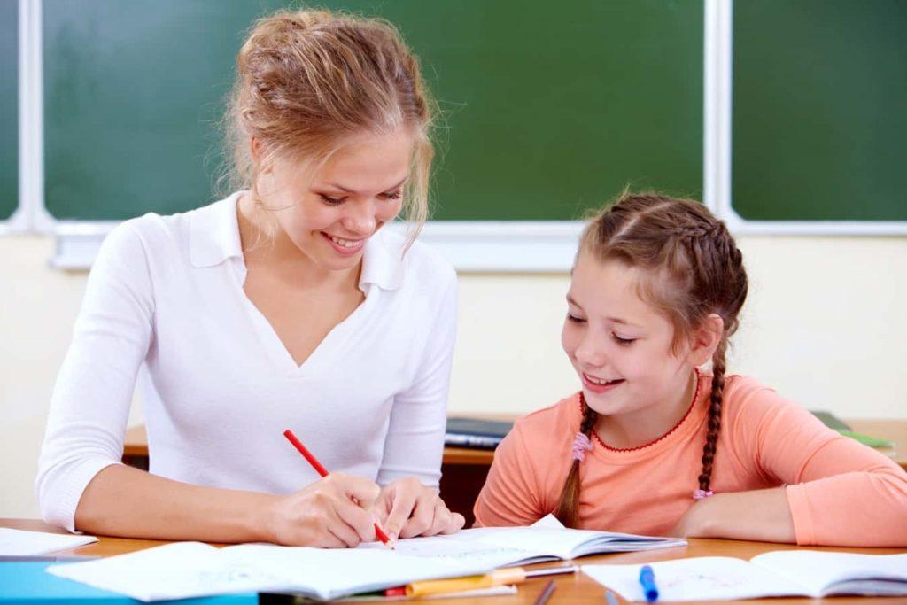 Jeune fille faisant ses devoirs avec sa maman.