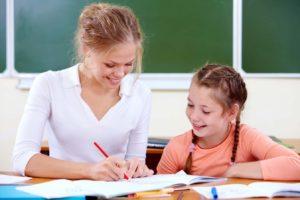 Maman aide sa fille à faire ses devoirs au quotidien