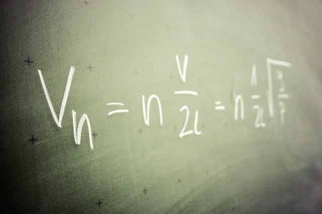 équation de mathématiques écrite sur un tableau