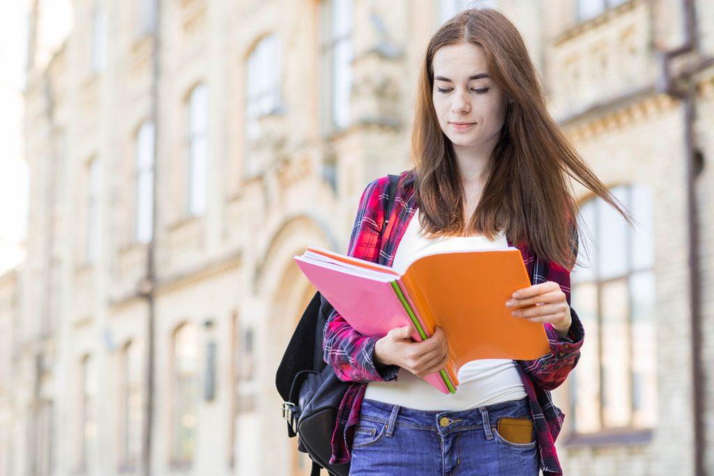 Etudiante qui révise avant l'examen du Brevet.