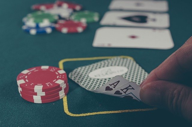Photo d'une table de Black Jack. Au fur et à mesure qu'on pioche les cartes, on calcule la probabilité du jeu de cartes.