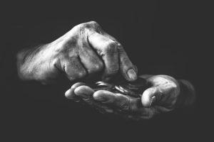 Mains qui tient une poignée de pièces de monnaie. Probabilité du lancé de la pièce de monnaie