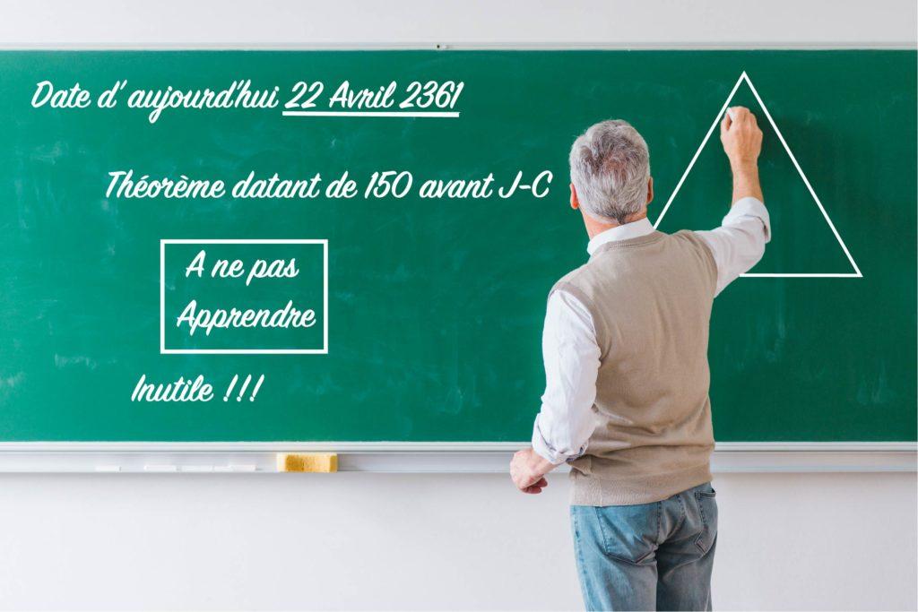 Professeur qui veux enseigner les mathématiques et qui écrit sur un vieux tableau vert.